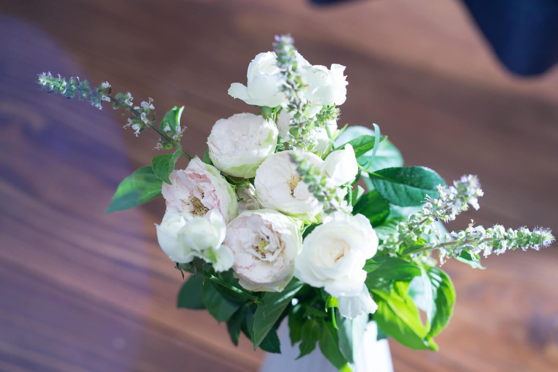 【今月の花7月】「スプレーバラ2種とアフリカンブルーバジル」〜目で恋して花で癒される